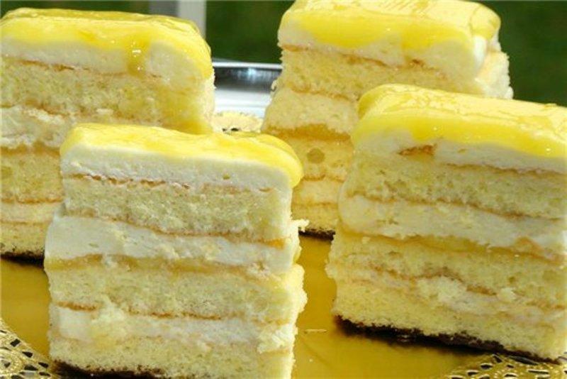 Бисквит разрезаем на три одинаковых коржа.